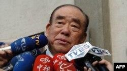 资料照:台湾前行政院长郝柏村2004年12月16日对媒体讲话。