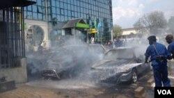 ARCHIVES - Une grenade a été lancée par des inconnus a explosé vendredi à l'extérieur du siège de la Banque commerciale Kenya à Bujumbura, Burndi, vendredi 29 mai 2015. (Edward Rwema, VOA)