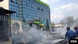 Une grenade lancée par des inconnus a explosé vendredi à l'extérieur du siège de la Banque commerciale Kenya à Bujumbura, Burundi, vendredi 29 mai 2015. (Edward Rwema, VOA)