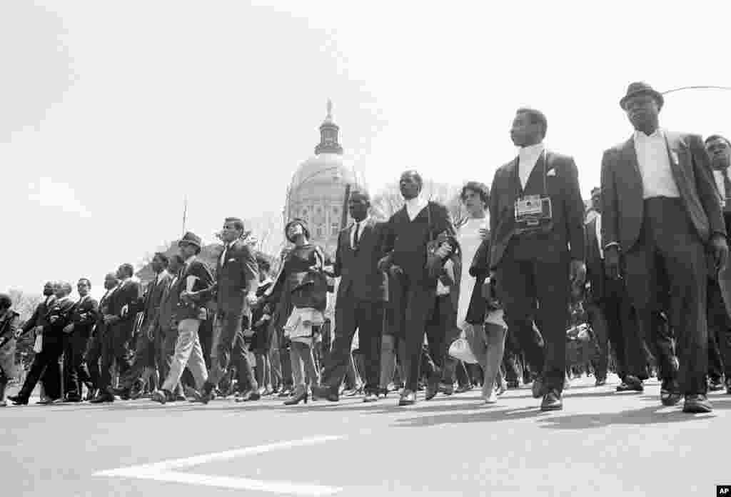 Le cortège funèbre de Martin Luther King passe devant le Capitole de Géorgie, à Atlanta, le 9 avril 1968.