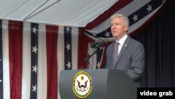 Ambasador SAD Kajl Skot obraća se zvanicama na prijemu povodm 4. jula, Dana nezavisnsti SAD, u Ambasadi Sjedinjenih Država u Beogradu, 3. jula 2019.