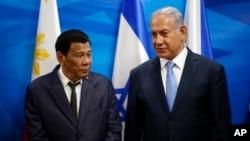 Israeli Prime Minister Benjamin Netanyahu, right, stands next to Philippine President Rodrigo Duterte during their meeting in Jerusalem on Monday, Sept. 3, 2018.