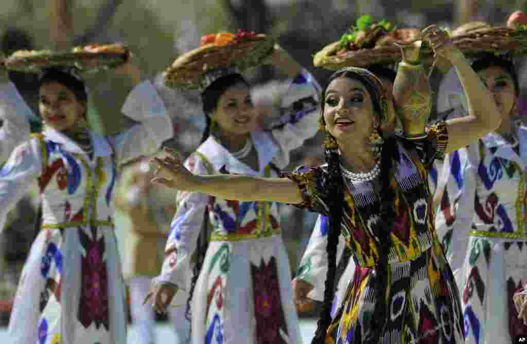 在烏茲別克斯坦塔什干,烏茲別克人身穿繡花絲綢服裝起舞,慶祝諾魯茲節。