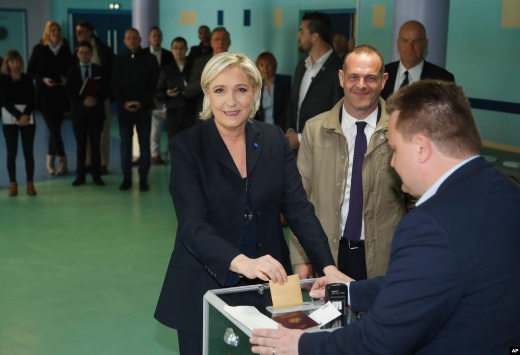 """法國國民陣線領導人、民族主義者、反移民的候選人瑪麗娜·勒龐投票。 她在首輪選舉裡得票第二,進入決選。 她對支持者說:""""現在是解放法國人的時候了。 """""""