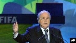 Presiden FIFA Sepp Blatter mendesak pemain tidak meninggalkan lapangan, meski menghadapi pelecehan rasial dalam pertandingan (foto: dok).