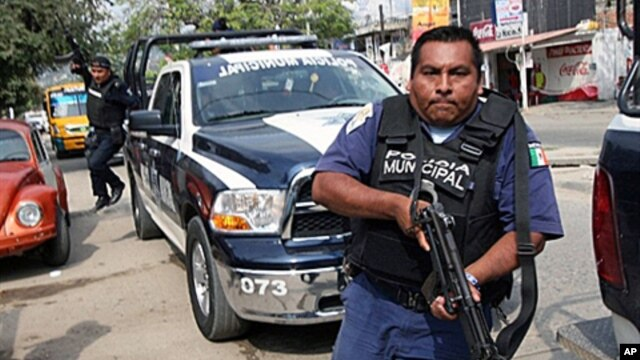 A municipal police officer runs during a confrontation with members of a gang in the beach resort of Acapulco, Mexico, 8 Jan 2011.