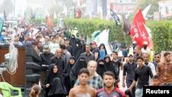 Shi'ite pilgrims make their way to Kadhimiya to mark the death of Imam Moussa al-Kadhim, in Baghdad, May 2, 2016.