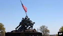二戰時海軍陸戰隊將國旗插上日本硫磺島的時刻的紀念碑獻給所有在1775年之後戰死的美國海軍陸戰隊隊員。是最著名的是海軍陸戰隊紀念碑。