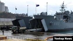 한국 해군의 상륙함 2척이 지난 21일 부산작전기지에서 정박해 있다. 필리핀 피해복구에 지원하는 물자와 재해복구용 중장비 등을 선적 중이다.
