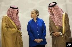 ព្រះអង្គម្ចាស់ Saud Al-Faisal(ខាងស្តាំ) រដ្ឋមន្រ្តីការបរទេសនៃប្រទេសអារ៉ាប់ប៊ីសាអ៊ូឌីតជួបជាមួយលោកស្រី Hillary Clinton រដ្ឋមន្រ្តីក្រសួងការបរទេសអាមេរិក។