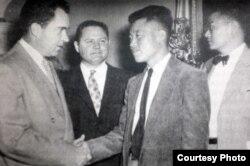 1954년 5월 미국 도착 직후 의회에서 당시 부통령이었던 리처드 닉슨 전 대통령을 만난 노금석 씨 (오른쪽 2번째. 노금석 씨 제공 사진)