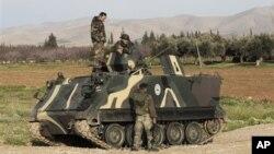 Tentara Lebanon tengah berpatroli di kota Qaa, yang berbatasan dengan Suriah (Foto: dok). Di perbatasan ini dilaporkan telah terjadi baku-tembak antara kelompok bersenjata Suriah dengan tentara Lebanon, Sabtu (1/12).