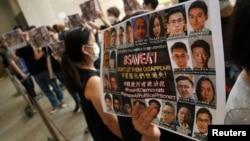 民主派支持者在西九龙裁判法院外举起支持47名被告的标语