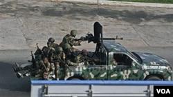 Sekelompok tentara, yang tak dapat dikenali sebagai pro-Gbagbo atau pro-Outtara, melintasi kota Abidjan, Pantai Gading, Jumat (4/1).