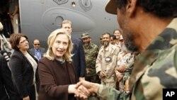 10月18号美国国务卿克林顿抵达利比亚首都的黎波里,和利比亚军人握手