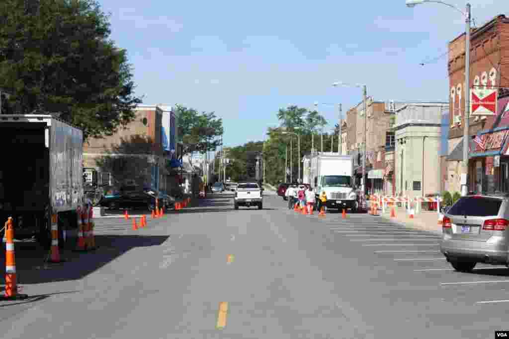 Truk-truk film terlihat di kota Plano, Illinois. (VOA/K. Farabaugh)