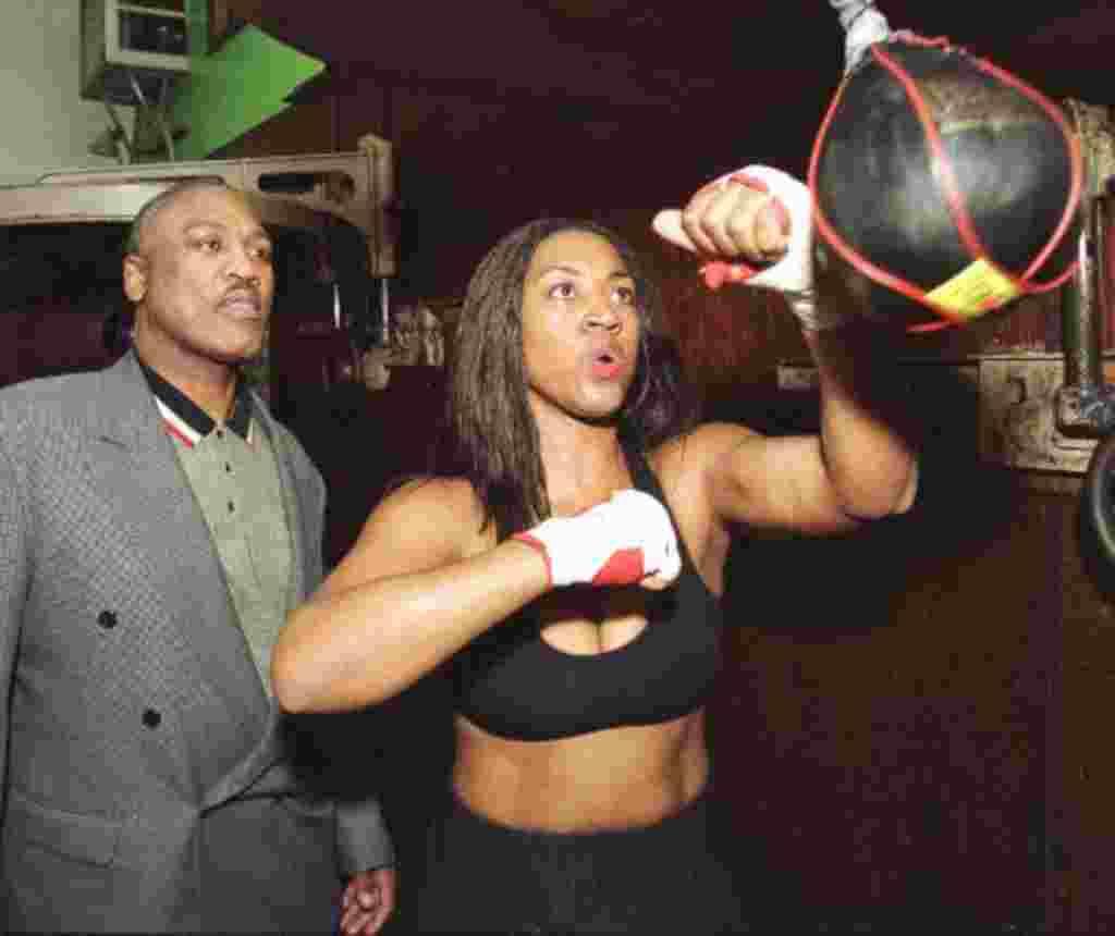 Jacqui Frazier Lyde entrena bajo la atenta mirada de su padre, ex campeón de peso pesado Joe Frazier durante el mes de diciembre de 1999. Frazier Lyde ha desafiado a Laila Ali, la hija del ex campeón de peso pesado.