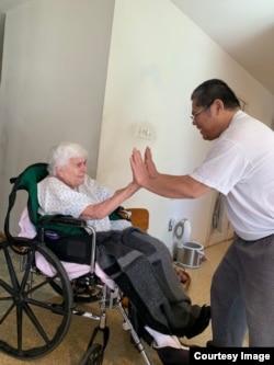 Joseph Tobing (kanan) ikut merawat ibu mertuanya yang tahun lalu genap berusia 100 tahun (foto: courtesy).