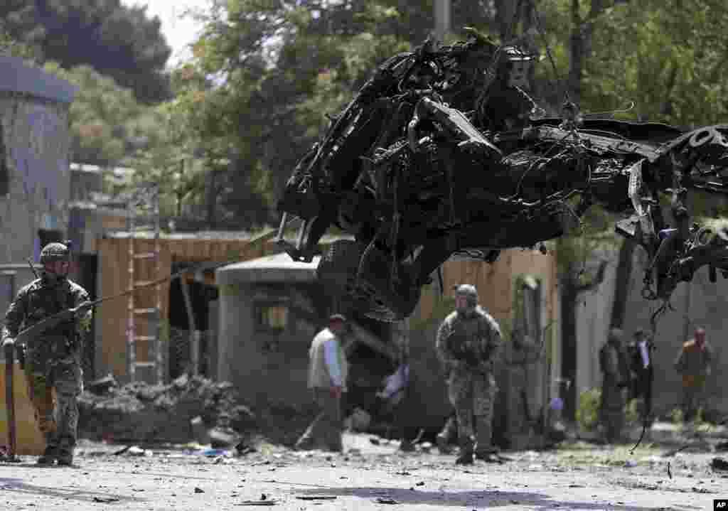 دھماکہ ایک کار سوار خودکش حملہ آور نے کیا جب اس نے ایک مرکزی سڑک پر کار کو دھماکے سے اڑا دیا۔