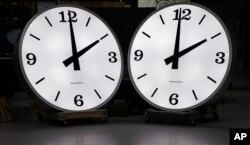 플로리다에 소재한 한 병원에 6피트 높이의 시계 두 대가 세워져 있다. (자료사진)