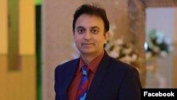 جاوید رحمان، ۵۱ ساله، متولد شهر فیصلآباد پاکستان است و دارای مدرک دکترای حقوق بینالملل است.