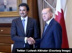 L'émir du Qatar Cheikh Tamim ben Hamad Al-Thani, à gauche, lors d'une rencontre avec le président Recep Tayyip Erdogan, à Ankara, Turquie, 15 aouut 2018. (Twitter/ Lolwah Alkhater)