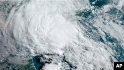 Arhiva - Satelitski snimak tropske oluje Berta iznad obale Južne Karoline, Nacionalne agencije za okeane i uragane.
