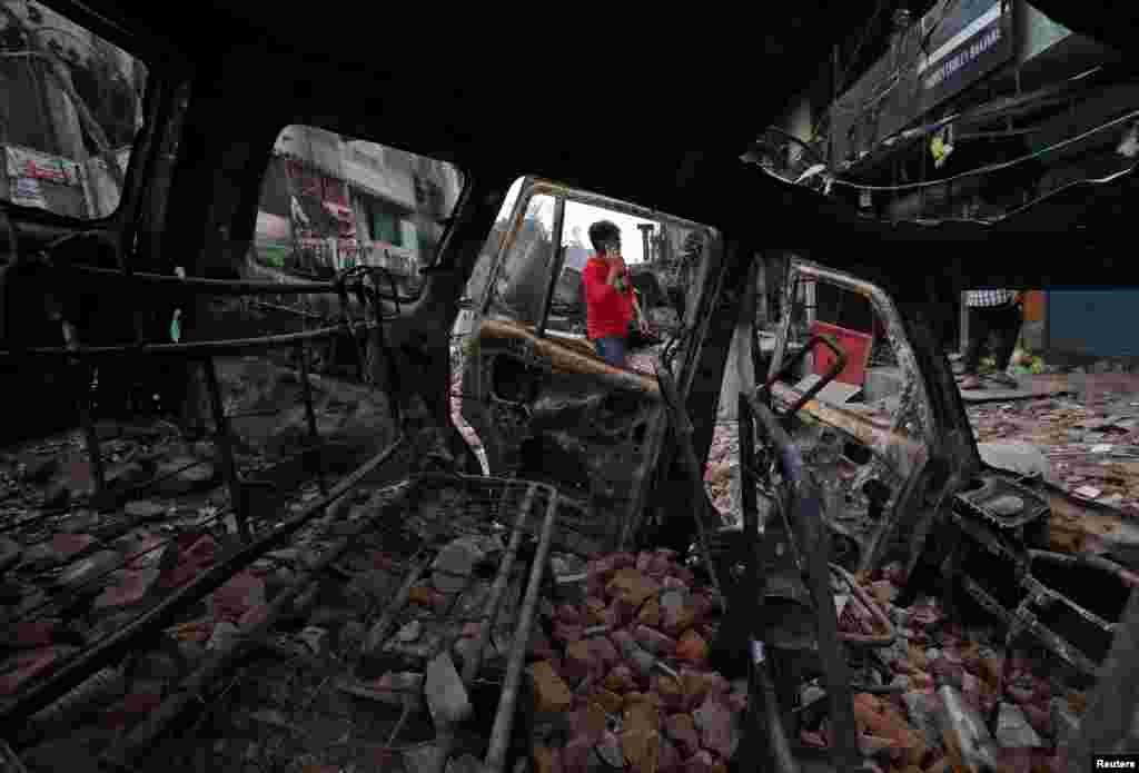 ایک جلی ہوئی گاڑی کا اندرونی منظر۔