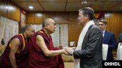 2019年10月28日西藏精神领袖达赖喇嘛在印度与美国国际宗教自由无任所大使布朗贝克握手。