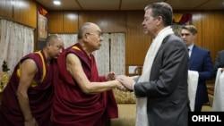 2019年10月28日西藏精神領袖達賴喇嘛在印度於美國國際宗教自由無任所大使布朗貝克握手。