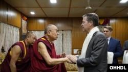 2019年10月28日,西藏精神领袖达赖喇嘛在位于印度的住所与美国国际宗教自由无任所大使布朗贝克握手。