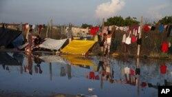 Imagen del agua que queda después de que migrantes se ducharon con agua donada en camiones, en un área donde los migrantes están acampando y lavando ropa, en Oaxaca, México, el 31 de octubre de 2018.