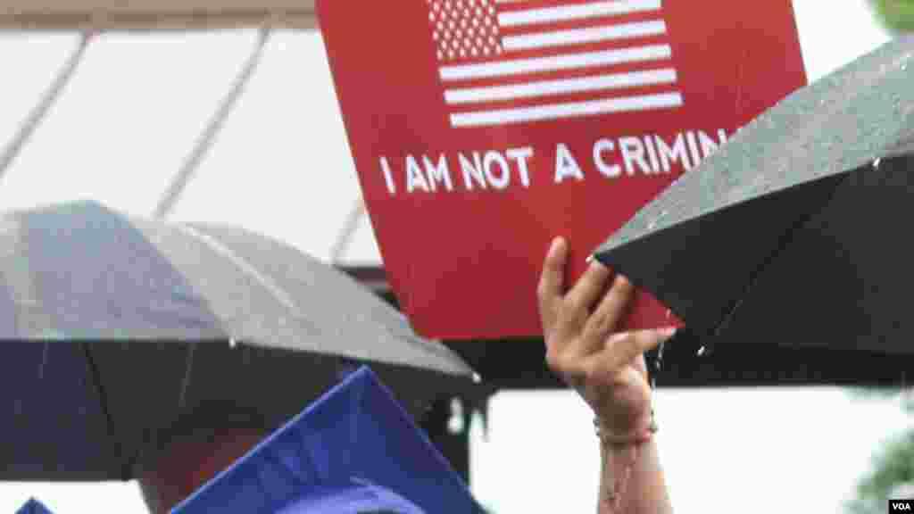 """En algunos de los carteles que portaban los """"Dreamers"""" (Soñadores) se podía leer: """"No soy un delincuente"""", como respuesta a los señalamientos de algunos legisladores que sostienen que muchos de los indocumentados son criminales y que por ello no se les debe legalizar."""