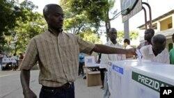 一位选民在太子港的投票站投票选举总统和议员