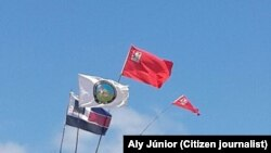 Bandeiras dos diversos partidos no distrito de Mueda. Moçambique, Outubro 2014
