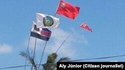 Saine cohabitation entre le drapeau des différentes parties du district de Mueda. Mozambique, Octobre 2014