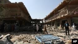 阿富汗人来到汽车爆炸后的现场观看 摄于2015年8月7日