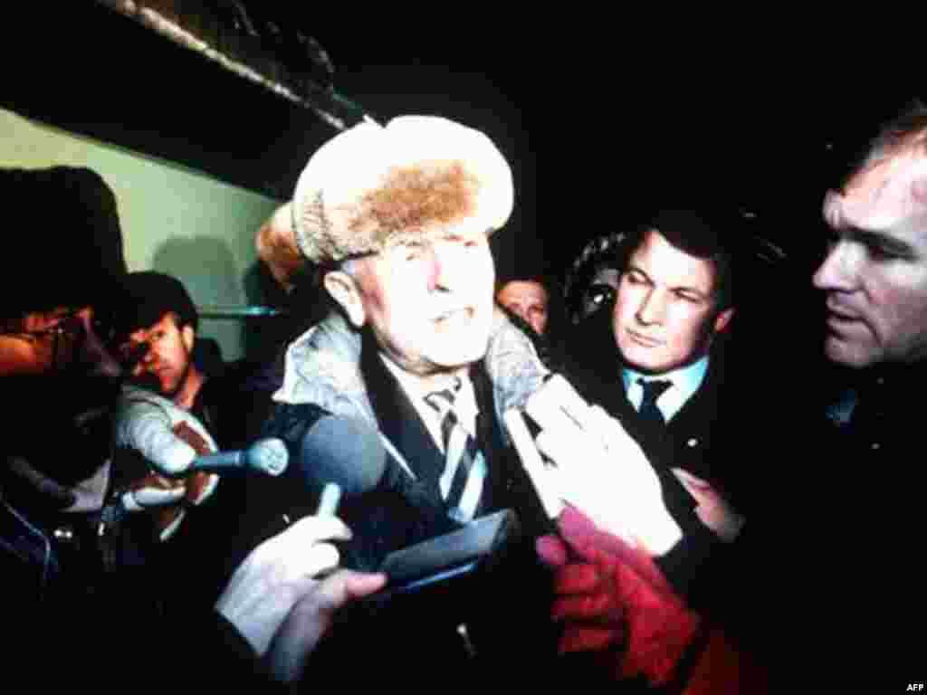Ngày 23/12/1986, nhà vật lý nguyên tử và cũng là một nhân vật bất đồng chính kiến Andrei Sakharov đến Moscow sau khi ông được ông Gorbachev trả tự do, khỏi án lưu đày trong nước, trong khuôn khổ chính sách cải cách