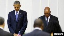 美國總統奧巴馬6月29日在出席晚宴時,與南非總統祖馬為曼德拉靜默禱告