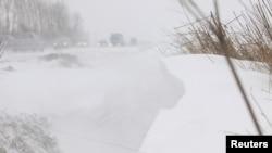 Nhiều xe cộ bị mắc kẹt hàng giờ trên những tuyến đường cao tốc bị tuyết dày phủ kín ở Châu Âu.