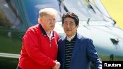 美国总统特朗普2019年5月26日抵达东京东面的千叶县茂原市的茂原乡村俱乐部打高尔夫球,受到日本首相安倍晋三的欢迎。