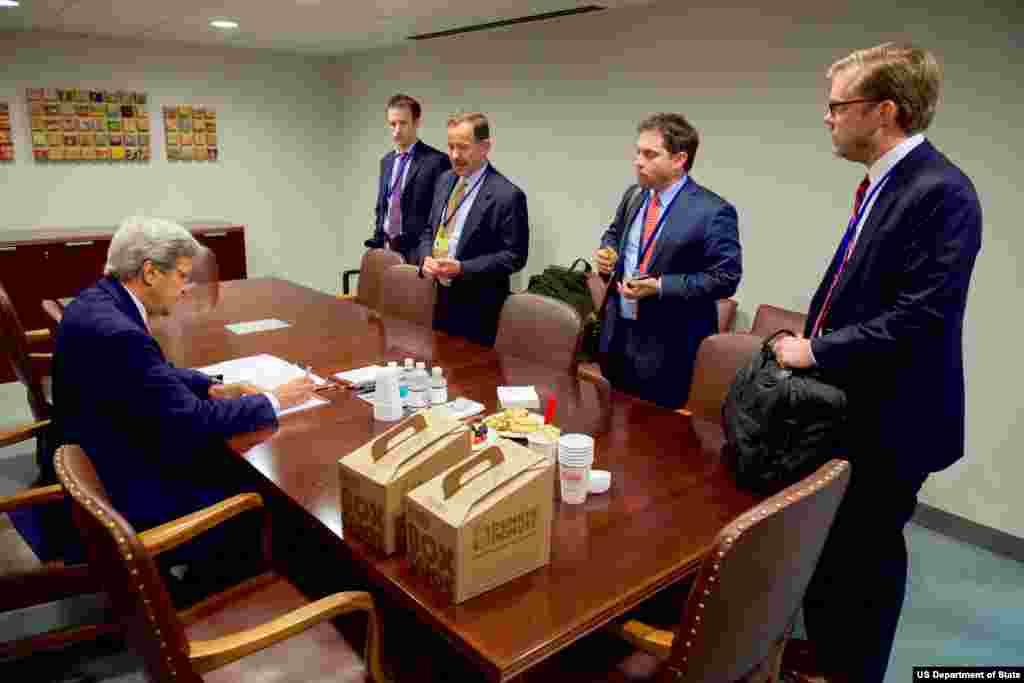 این هم نشست آقای کری با دستیارانش. در عکس استفان مال، هماهنگکننده وزارت خارجه آمریکا در امور اجرای برجام نیز حضور داشت.
