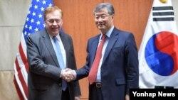 14일 한국 외교부 청사에서 열린 제2차 북한인권협의체 회의에서 미한 수석대표인 미국 로버트 킹 북한인권특사(왼쪽)와 김용현 한국 외교부 평화외교기획단장이 회의 시작에 앞서 악수하고 있다.
