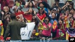 Rafael Nada saluda a los fanáticos en China tras volver a colocarse como número 1 del ranking de la ATP.