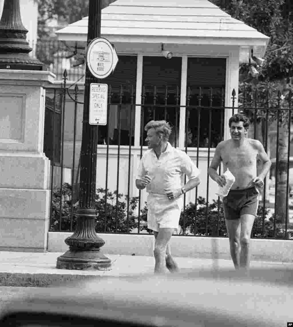 Утренняя пробежка около Белого дома советника по национальной безопасности Збигнева Бжезинского и его помощникаДжерродда Шехтера, 6 августа 1979 года