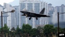 '맥스선더' 미한 연합훈련에 참가한 미 공군 소속 F-22 전투기가 16일 임무를 마친 후 광주 전투비행장에 착륙하고 있다.