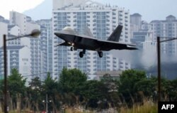 2018 '맥스선더' 미한 연합훈련에 참가한 미 공군 소속 F-22 전투기가 16일 임무를 마치고 광주 전투비행장에 착륙하고 있다.