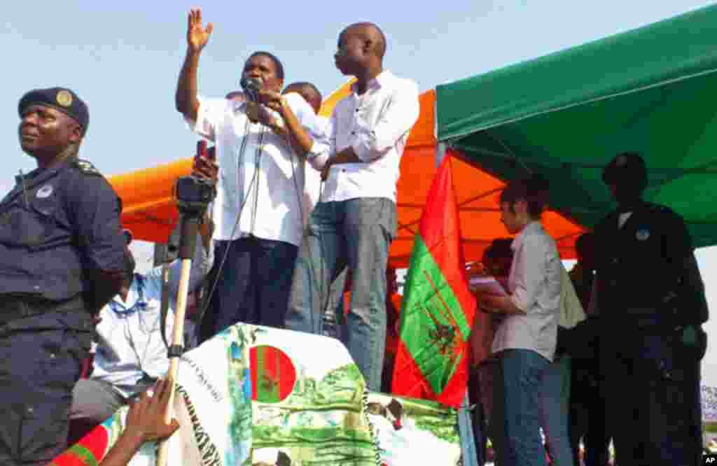Isaías Samakuva discursa durante uma manifestação da UNITA em Luanda (VOA)