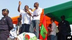 Isaías Samakuva discursa durante manifestação da UNITA em Luanda, 19 de Maio de 2012