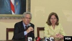 Valenzuela atendi'o a la prensa junto a la embajadora de Estados Unidos en Paraguay, Liliana Ayalde.